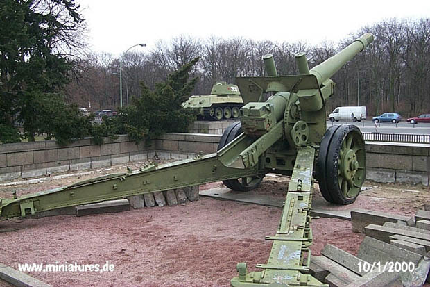 152 mm L.28.8 ML-20 Howitzer, seen from the right rear
